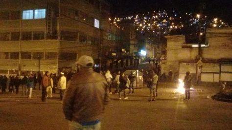 Un grupo de cocaleros se movilizan en las puertas de Adepcoca, en Villa Fátima.