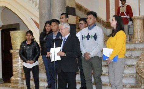 El vicepresidente García presenta a los becarios en el Palacio Quemado.