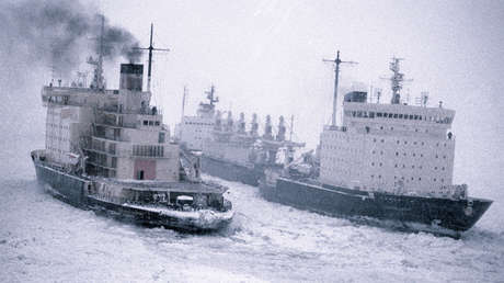 El rompehielos Kapitán Dranitsyn encabeza una caravana de embarcaciones en el cauce del río Yeniséi, 29 de octubre de 1985.