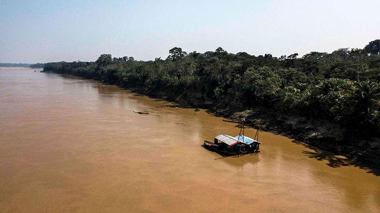 Dragas en el río Madre de Dios - territorio indígena Tacana, cerca de Las Mercedes, departamento de La Paz – Bolivia. Foto: AFP