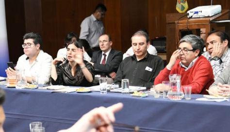 La ministra, al fondo de camisa negra, Gabriela Montaño durante la reunión instalada hoy con los médicos.