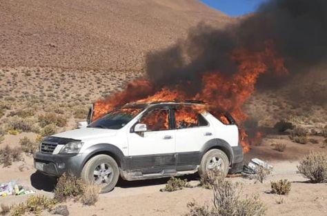 Uno de los vehículos incinerados en la frontera con Chile. Foto:Viceministro de Lucha Contra el Contrabando