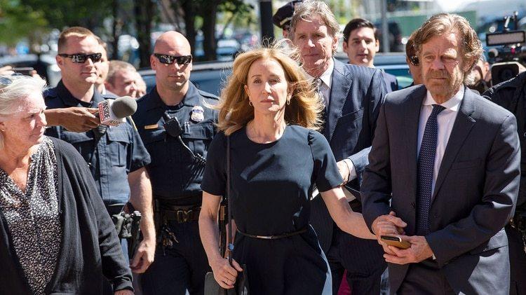 Felicity Huffman con su marido. La actriz se declaró culpable en la multimillonaria trama de sobornos universitarios
