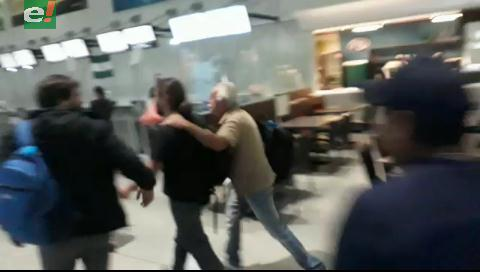 Activistas argentinos son cuestionados en el aeropuerto cruceño