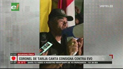 Coronel de Tarija canta una consigna contra Evo Morales