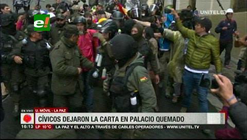 Cívicos escoltados por la Policía recorren el centro paceño