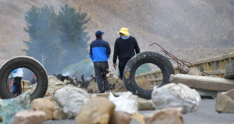 Afines al MAS bloquean en Oruro y La Paz para evitar el paso de caravanas - eju.tv