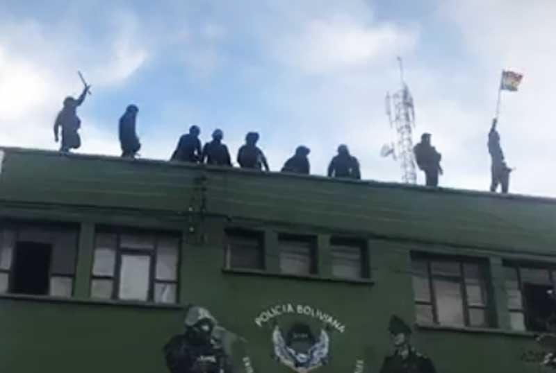 Se amotinan policías en Cochabamba