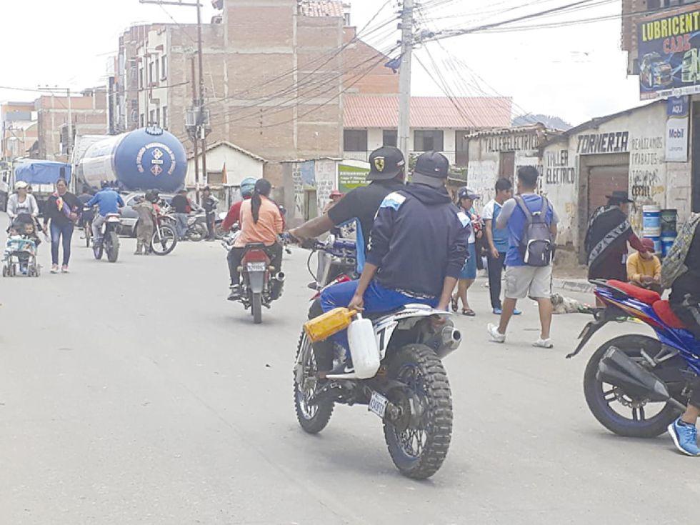 COMBUSTIBLE. Ante la escasez del combustible en las estaciones de servicio, la población se movilizó en búsqueda de gasolina en la avenida Marcelo Quiroga Santa Cruz que está bloqu