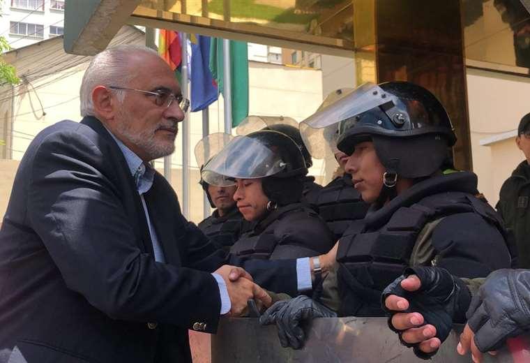El expresidente junto a algunos uniformados I Foto: CC.