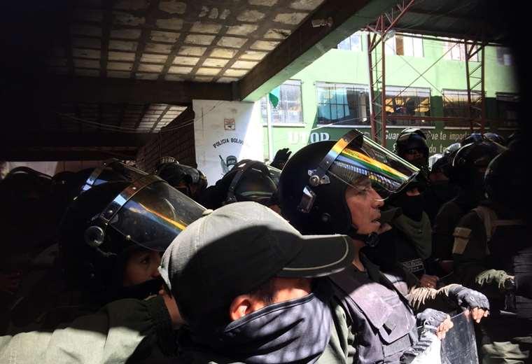 Los uniformados permanecen al interior dela UTOP I Foto: EL DEBER.