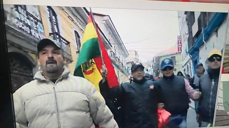 La caravana cívica, encabezada por Camacho, ingresa a la plaza Murillo