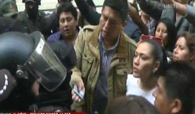 Impiden el ingreso de Salvatierra a plaza Murillo y se desata la violencia en alrededores - eju.tv