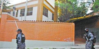 Allanan tres casas de cubanos fortificadas, una con un búnker