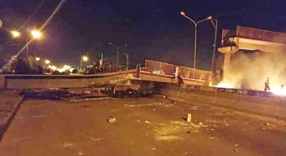 El puente peatonal destruido anoche