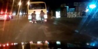 Ver video – Un verdadero peligro, estos jóvenes se cuelgan del micro para…