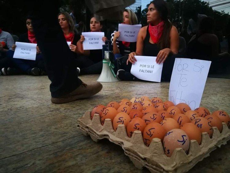 Alejandra Serrate y miembros del movimiento durante una manifestación en Bolivia (Foto: Cortesia)