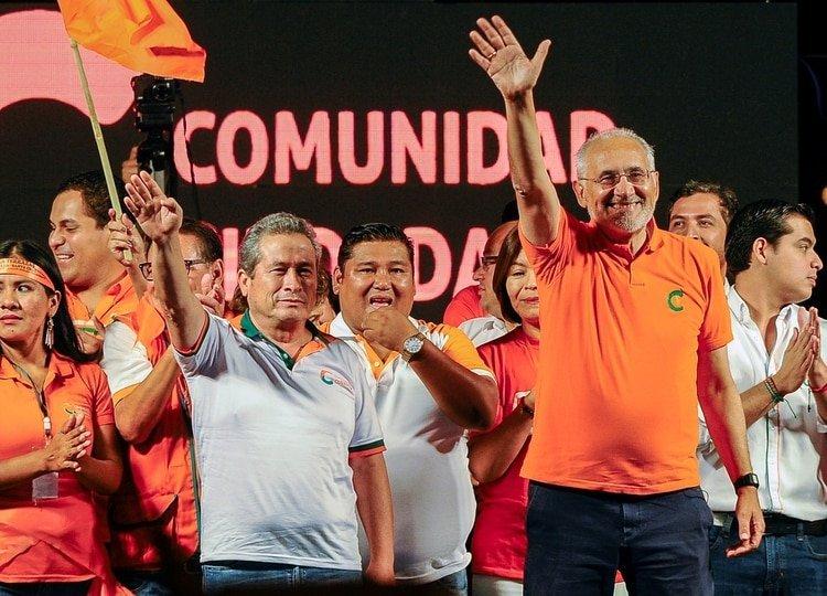 Gustavo Pedraza junto a Carlos Mesa en un acto de campaña de octubre de 2019 (REUTERS/Enrique Canedo)