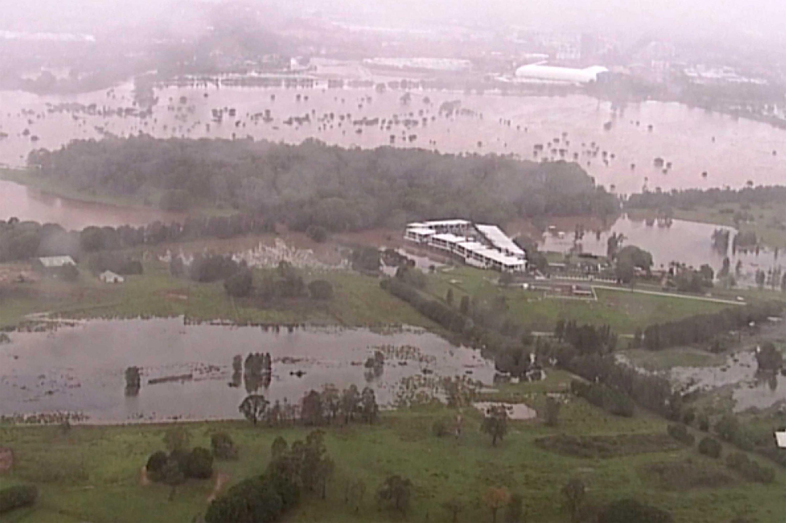 Después de los incendios, llegó el «diluvio del siglo» a Australia: inundaciones, bloqueos y hasta la aparición de un tiburón que causó terror