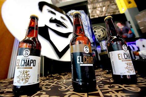 """Las botellas de cerveza de """"El Chapo 701"""", una línea de ropa, joyas y licores con el sobrenombre del narcotraficante mexicano."""