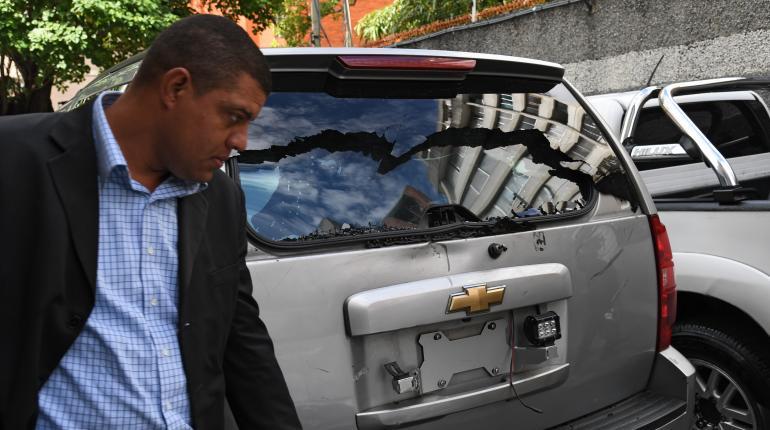 Resultado de imagen para Guaidó sesiona en la calle tras denunciar disparos contra diputados opositores