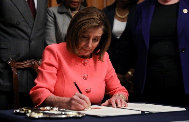 La líder demócrata en la Cámara de Representantes, Nancy Pelosi, firmó los cargos del juicio político. Foto: REUTERS/Leah Millis