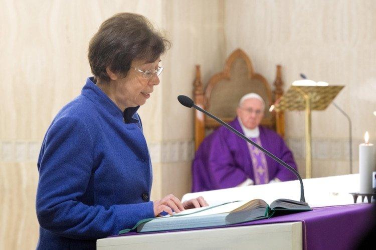 La laica italiana Francesca Di Giovanni, quien fue nombrada por el papa Francisco como la primera mujer en ocupar un puesto de alto rango en la Secretaría de Estado del Vaticano (Vaticano Medios / Folleto a través de REUTERS)