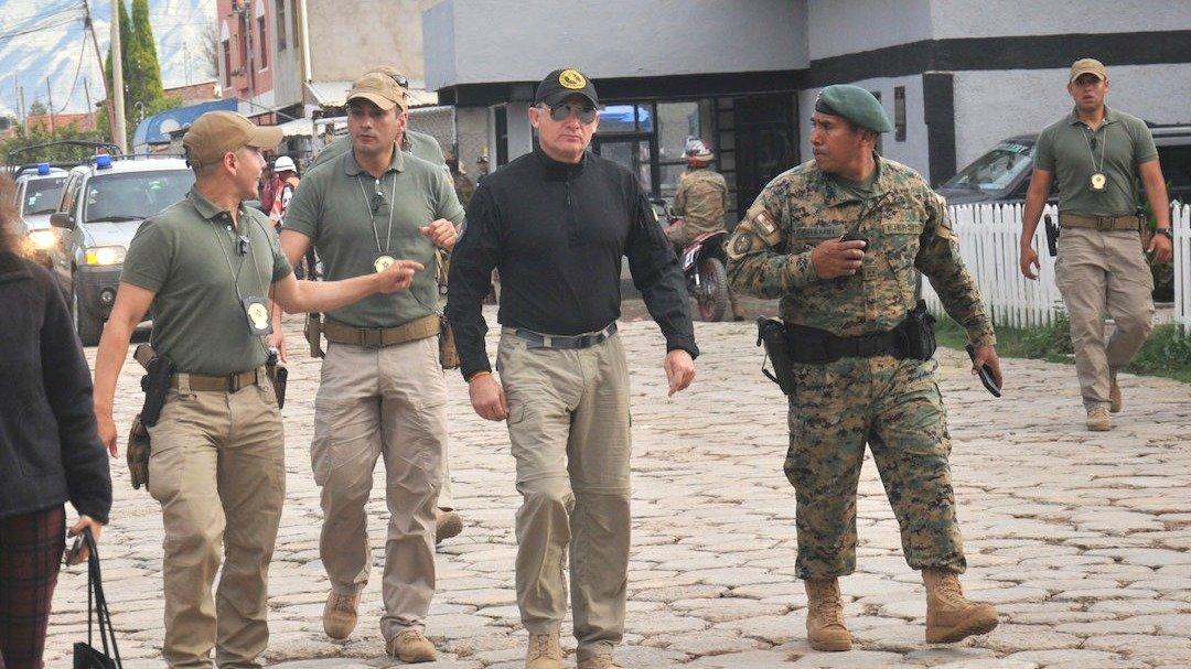 El ministro de Defensa, Fernando López (c), llega al cuartel de Cotapachi. NOÉ PORTUGAL