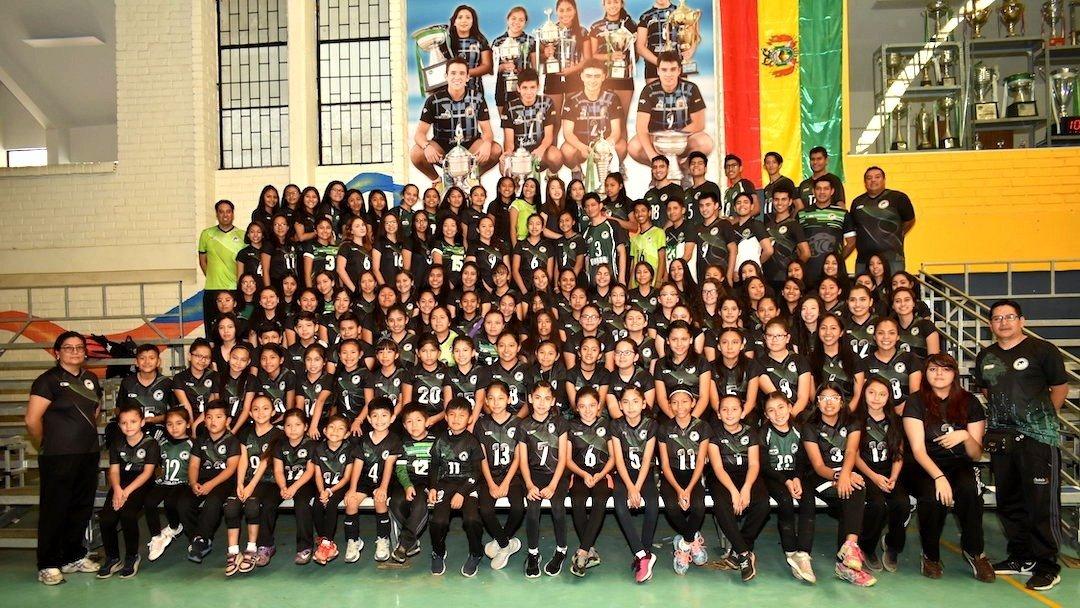 Los deportistas del club Panteras de voleibol en sus diferentes categorías. DICO SOLÍS