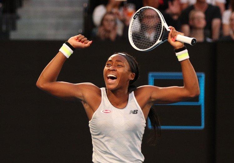 Coco Gauff, de solamente 15 años, celebra tras eliminar en la tercer ronda del Australian Open a japonesa Naomi Osaka, la defensora del título (REUTERS)