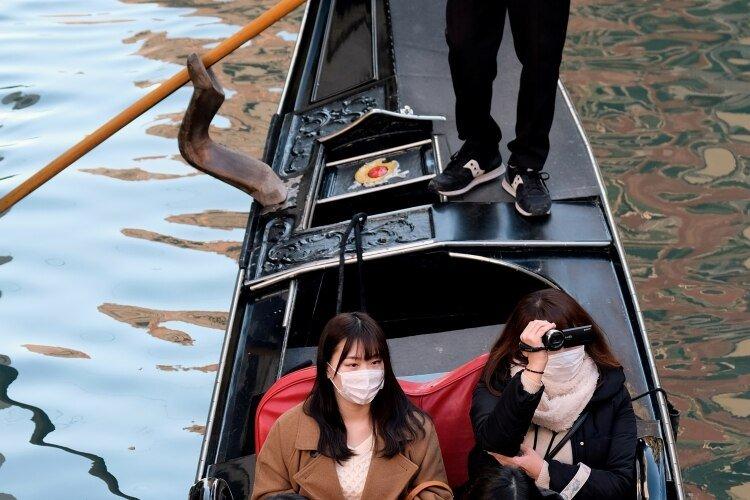 Turistas con mascarillas en Venecia (REUTERS/Manuel Silvestri)