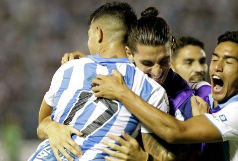 Leonardo Heredia del Atlético Tucumán celebra con sus compañeros después de anotar contra The Strongest.