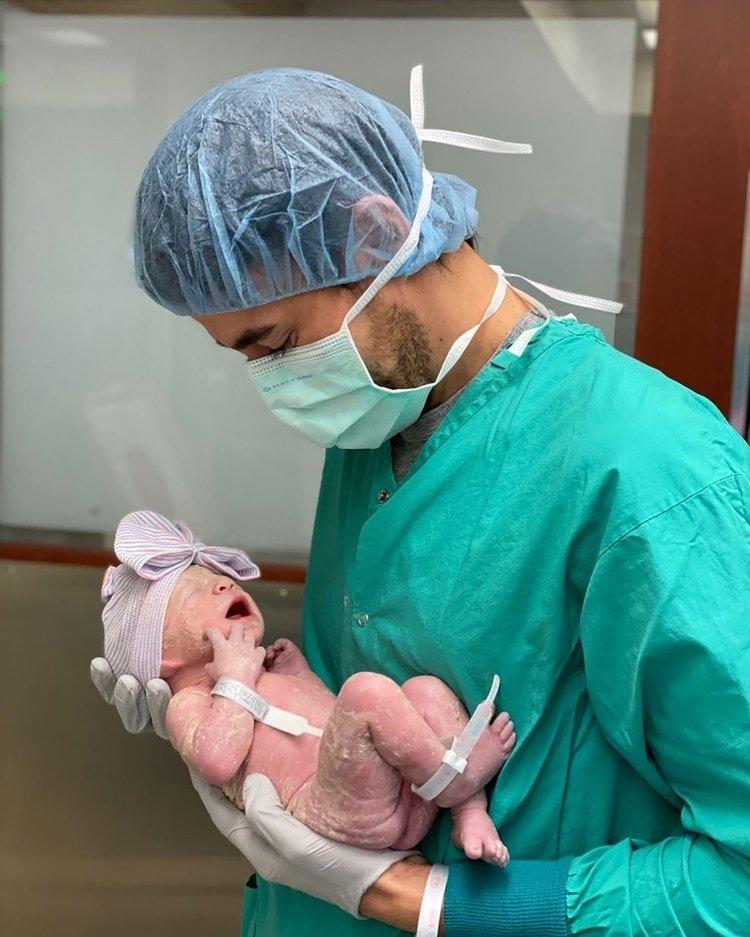 Enrique Iglesias y Anna Kournikova publican las primeras fotos de su bebé
