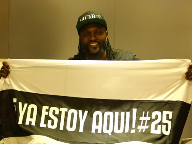 Llegó Emmanuel Adebayor y desató una locura en Asunción