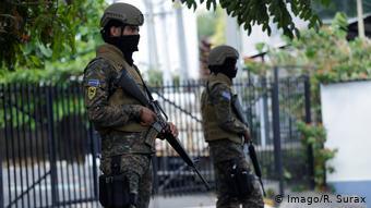 Soldados salvadoreños en las afueras del Parlamento.