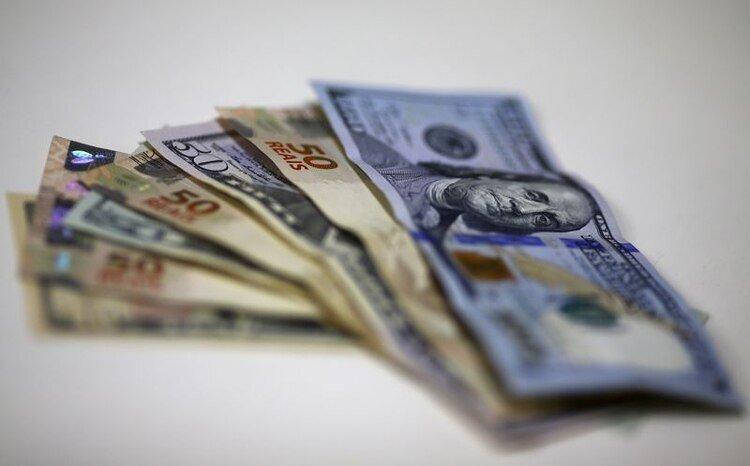 Reales brasileños y dólares estadounidenses (REUTERS/Ricardo Moraes)