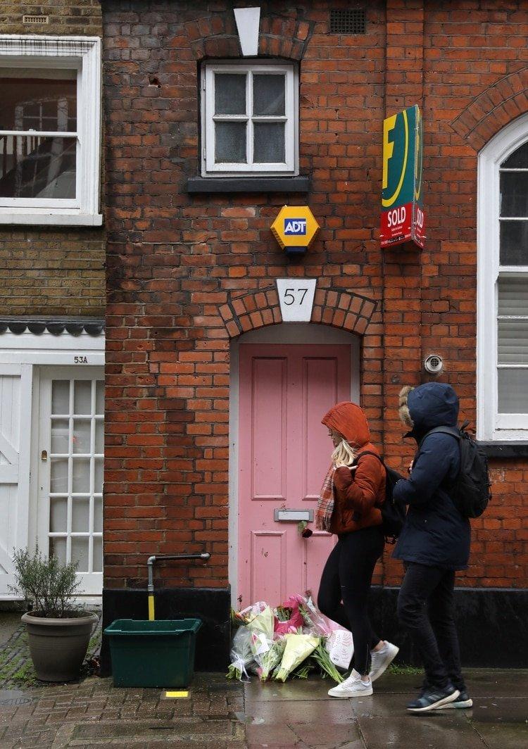 Los fanáticos dejaron flores en la puerta de la casa de Caroline Flack REUTERS/Simon Dawson