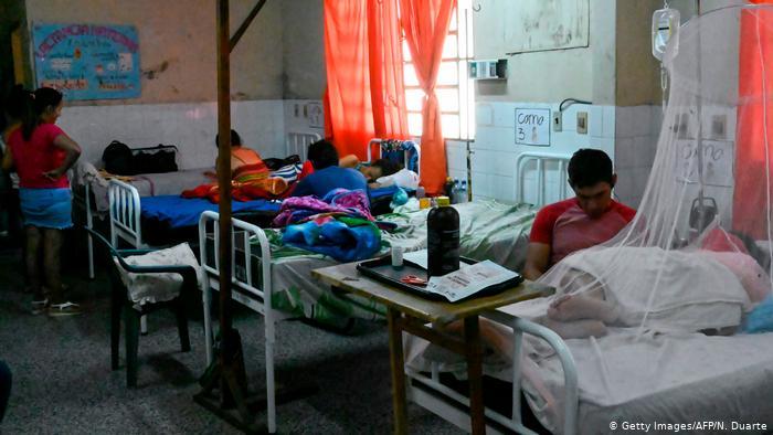 Pacientes con dengue en el hospital de Nemby, Paraguay.