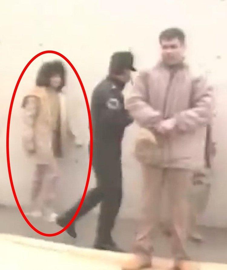 La presencia de la mujer paso casi desapercibida ante la espectacularidad por la detención del Chapo (Foto: Captura de pantalla/Youtube@SOY EL CHAPO)