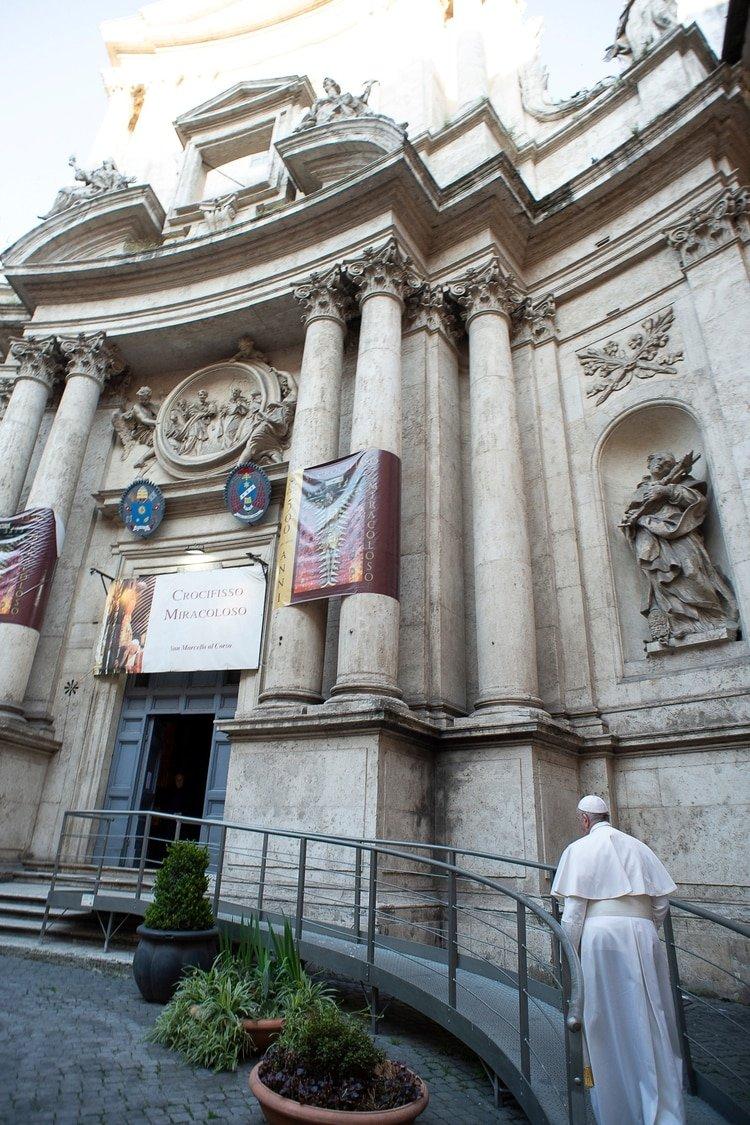 El Papa mientras llega a la iglesia de San Marcello al Corso (Vatican Media via REUTERS)
