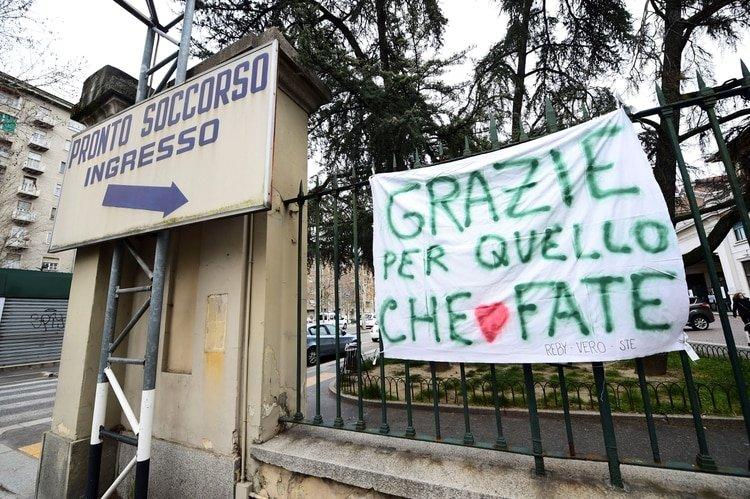 Una bandera de agradecimiento en la entrada de un hospital en Turín (Reuters)