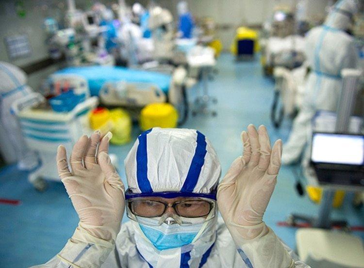 Una enfermera se ajusta sus gafas protectoras en un hospital de Wuhan, en una foto tomada el 26 de febrero, en medio de la emergencia en China (STR / AFP)