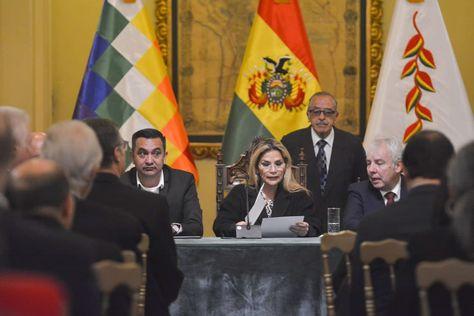 La presidenta Áñez en la reunión con el cuerpo diplomático acreditado en el país.