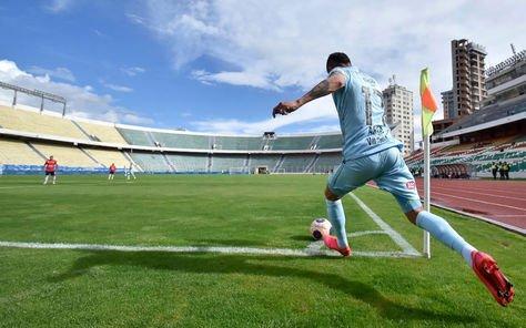 Un partido del fútbol nacional disputado sin público por COVID-19. Foto: La Razón