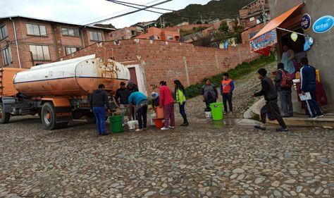 Una cisterna dota agua a un barrio de Chasquipampa por el corte del servicio.