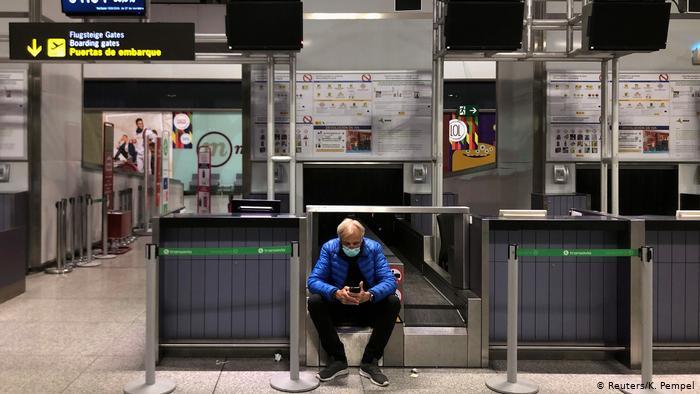 Spanien Malaga | Mann mit Gesichtsmaske wartet auf Flug (Reuters/K. Pempel)