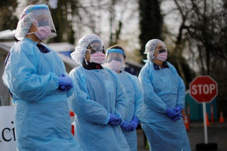 Un grupo de enfermeras esperan a los pacientes para someterlos a la prueba de coronavirus en un estacionamiento en el Centro Médico Ambulatorio del Noroeste de la Universidad de Washington, en Seattle (REUTERS/Brian Snyder)