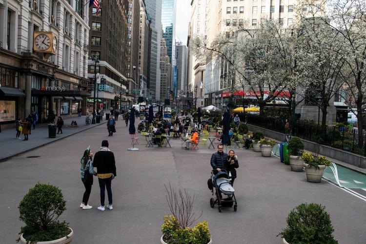 Muy poca gente se observa caminando por las calles de Nueva York (REUTERS/Eduardo Munoz)