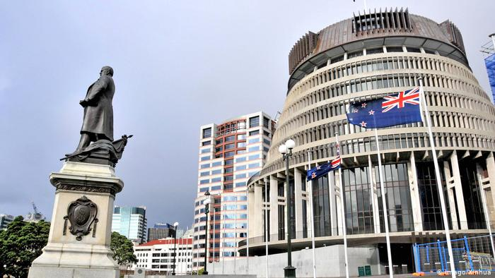 Neuseeland Wellington Parlament Statue Nationalfahne (Imago/Xinhua)
