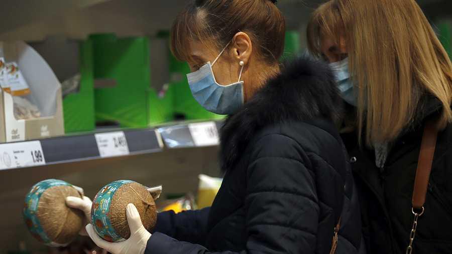 El uso de guantes solo es necesario para elegir fruta, verdura y otros productos frescos que no disponen de envoltorio.